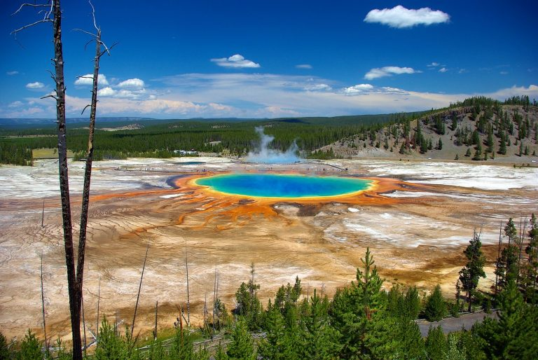 grand prismatic spring in wyoming